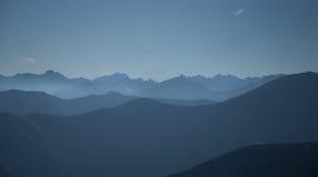 Una bella vista di prospettiva sopra le montagne con una pendenza immagini stock libere da diritti