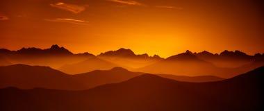 Una bella vista di prospettiva sopra le montagne con una pendenza fotografia stock libera da diritti