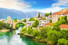 Una bella vista di vecchio ponte attraverso il fiume di Neretva a Mostar, Bosnia-Erzegovina fotografia stock libera da diritti