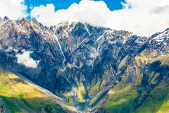 Una bella vista panoramica delle montagne georgiane fotografia stock libera da diritti