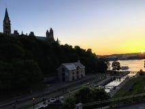 Una bella vista scenica dalle serrature di Ottawa lungo il canale di Rideau in Ottawa del centro durante il tramonto immagini stock libere da diritti