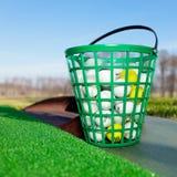 Una benna piena delle sfere di golf Fotografie Stock Libere da Diritti