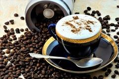 Una bevanda ha fatto del caffè molto arrostito e macinato tutti dai fagioli fotografia stock