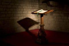Una bibbia su una chiesa Immagini Stock Libere da Diritti