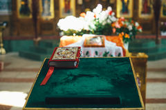 Una bibbia sull'altare Chiesa ortodossa Fotografie Stock