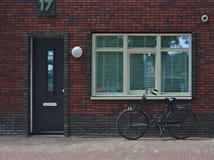 Una bici accanto alla porta fotografie stock libere da diritti