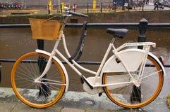 Una bici bianca a Amsterdam Fotografia Stock Libera da Diritti