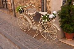 Una bici blanca vieja en la calle Imagenes de archivo
