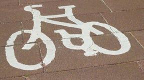 Una bici dipinta bianca sulla pavimentazione per indicare una pista ciclabile nuovo Brighton Wirral Merseyside June 2012 fotografie stock libere da diritti