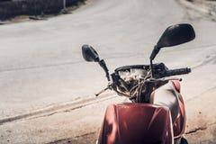 Una bici rossa parcheggiata sulla strada a Meteora fotografie stock libere da diritti