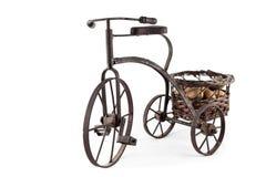 Una bici vieja que lleva una cesta de tuercas Fotos de archivo