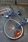 Una bicicleta con una rueda abrochada Imagen de archivo libre de regalías