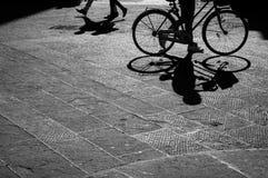 Una bicicleta del montar a caballo del hombre Foto de archivo libre de regalías