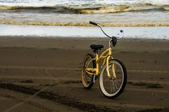 Una bicicleta sola en una playa durante Autumn Evening With The Ocean tempestuoso de Long Beach Washington In The Background foto de archivo