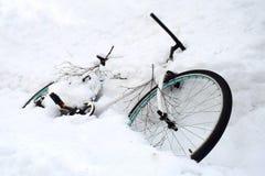 Una bicicletta è stata sepolta nelle forti nevicate Immagini Stock Libere da Diritti