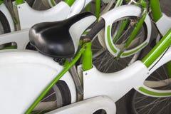 Una bicicletta affitta fuori per vedere [elogio] una città Immagini Stock