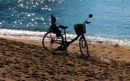 Una bicicletta contro l'indicatore luminoso. fotografie stock