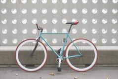 Una bicicletta della città ha riparato l'ingranaggio su una parete verde e bianca fotografie stock libere da diritti