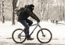 Una bicicletta di guida dell'uomo Fotografia Stock
