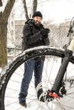 Una bicicletta di guida dell'uomo Fotografia Stock Libera da Diritti