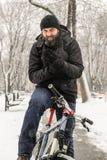 Una bicicletta di guida dell'uomo Immagini Stock