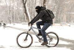 Una bicicletta di guida dell'uomo Fotografie Stock