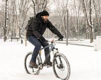 Una bicicletta di guida dell'uomo Immagine Stock