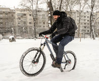 Una bicicletta di guida dell'uomo Fotografie Stock Libere da Diritti