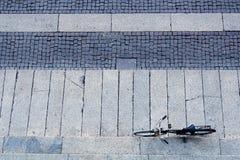 Una bicicletta nera parcheggiata Immagini Stock