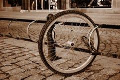 Una bicicletta sola spinge dentro una via Fotografia Stock Libera da Diritti