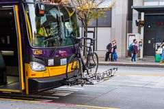 Una bicicletta sulla parte anteriore di un bus pubblico a Seattle del centro fotografia stock libera da diritti