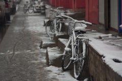 Una bicicletta un giorno nevoso fotografie stock