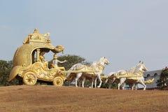 Una biga dorata con il dio Krishna ed i cavalli fotografia stock