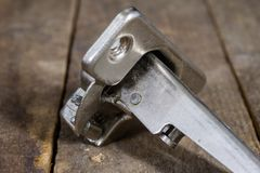 Una bisagra de la artesanía en madera en una tabla de madera del taller Accesorios de la carpintería Fotos de archivo