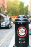 Una bitta di sette quadranti e una carrozza nera classica vaga a Londra Immagini Stock Libere da Diritti