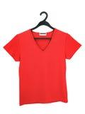 Una blusa roja en una percha Imagen de archivo libre de regalías