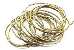 Una bobina della corda su un fondo bianco immagini stock
