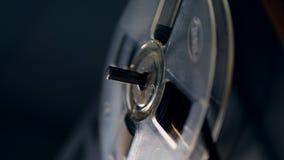 Una bobina hace girar lentamente en un magnetófono del vintage almacen de video