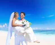 Una boda de los pares en la playa Foto de archivo libre de regalías