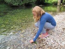 Una boit l'eau de la rivière Una Photo stock