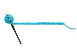 Una bola azul del hilado con la aguja de ganchillo Fotografía de archivo