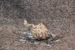 Una bola de la guita y de los clips de papel Foto de archivo