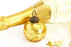 Una bola de oro de la Navidad de la vendimia con la parte inferior del A.C. Fotos de archivo libres de regalías