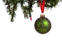 Una bola glittery verde de la Navidad en blanco fotos de archivo