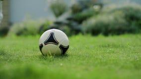 Una bola golpeada con el pie por un niño almacen de metraje de vídeo