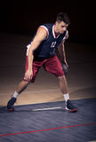 Una bola joven del jugador de básquet imagen de archivo
