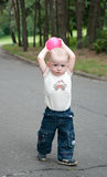 Una bola que lanza del muchacho imagen de archivo