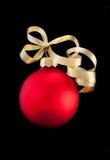 Una bola roja de la Navidad del satén con la cinta del oro Fotos de archivo