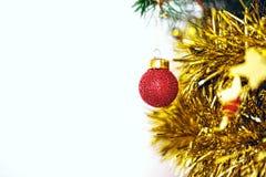 Una bola roja de la Navidad en el abeto de las ramas imagen de archivo libre de regalías