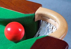 Una bola roja del billar Fotos de archivo libres de regalías
